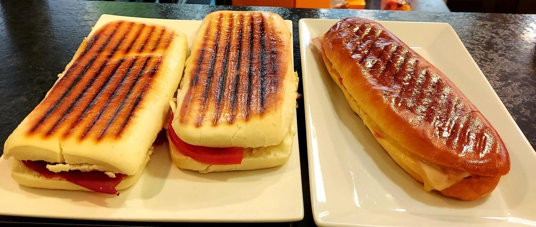 Panini tomate mozarella, e bresaola.. Hot dog..